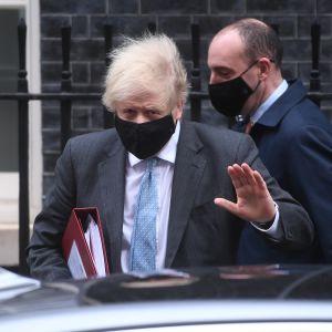 Boris Johnson viime viikon keskiviikkona lähdössä virka-asunnoltaan parlamenttiin.