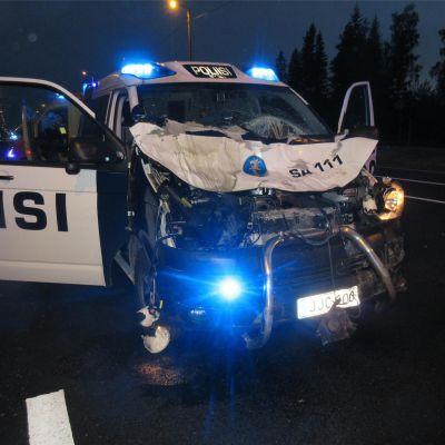 Polisbil som skadats i en krock med en älg