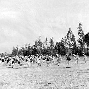 Lottor gymnastiserar 1943