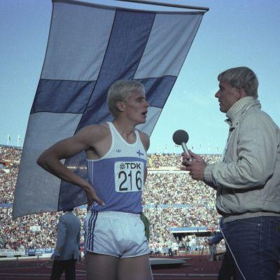 Yleisurheilun MM-kisat 1983. Aitajuoksija Arto Bryggare haastateltavana, toimittajana Juha Jokinen