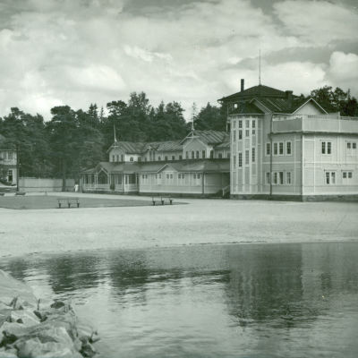 En svat vit bild av Casino i Hangö till vänster och badhuset till höger. Badhuset förstördes i andra världskriget.