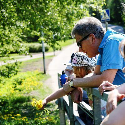 Presidentti Niinistö osallistui lasten metsäretkelle.