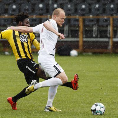 FC Hongan Jean Marie Dongou ja FC Lahden Timi Lahti vastakkain