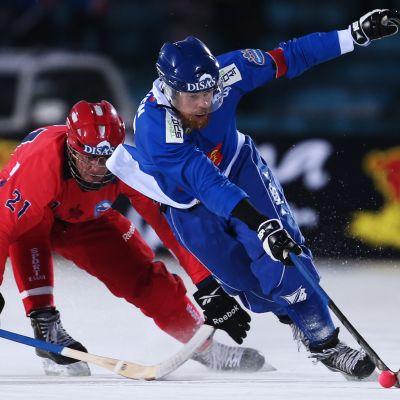 Ville Aaltonen taistelee pallosta vuoden 2016 MM-kisoissa.