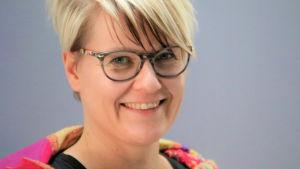 Kuvassa on Pelastakaa Lapset ry;n kansalaistoiminnan ja vaikuttamistyön johtaja Riitta Kauppinen.