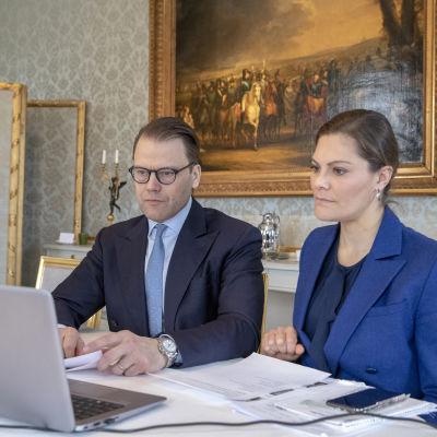 Kronprinsessan och Prins Daniel deltar i ett videosamtal via laptop.