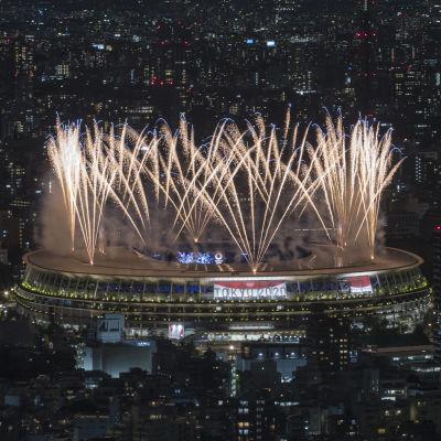 Fyrverkerier på OS-arenan vid invigningen i Tokyo.