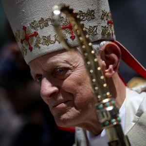 Kardinal Donald Wuerl väntar på att en gudstjänst ska inledas i Washington i april 2018.