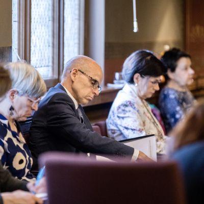 Martti Hetemäki omgiven av arbetsgruppen med kanslichefer på Ständerhuset