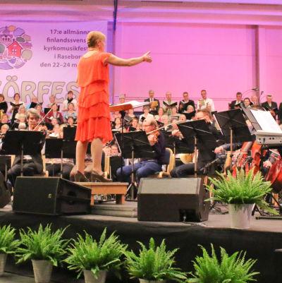Nina Kronlund leder festkör och orkester