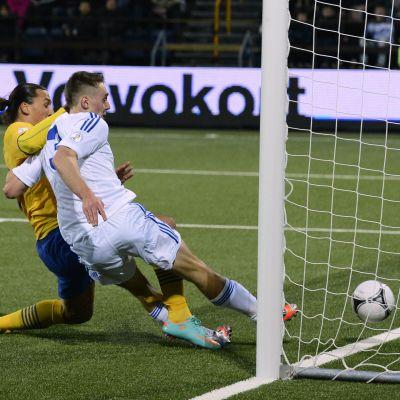 Ruotsin Zlatan Ibrahimovic tuikkaa pallon vastustamattomasti Färsaarten verkkoon.