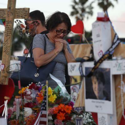 En gråtande kvinna vid den tillfälliga minnesplatsen utanför det drabbade gymnasiet i Parkland. Bilden tagen på torsdagen 22.2.