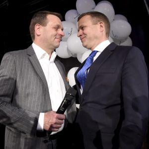 Röstkungen Jan Vapaavuori och partiordförande Petteri Orpo skakar hand på Samlingspartiets valvaka.