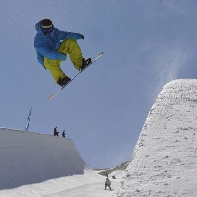 Lautailija hyppää paipissa Sierra Nevadalla.