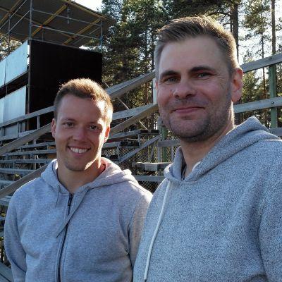 Kuvassa KPV:n edustusjoukkueen Timo Rauhala ja KPV Akatemian Aki Lyyski seisovat katsomossa.