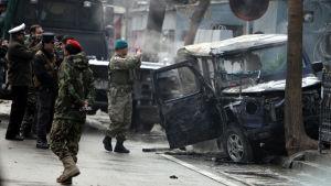 Natosoldater inspekterar platsen där en självmordsattack genomförts. Kabul, Afganistan.