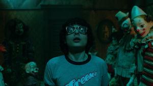 Richie omgiven av clowner i dockformat.