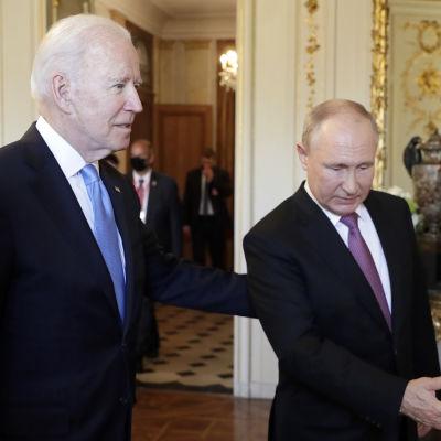 Presidentit Joe Biden ja Vladimir Putin matkalla neuvotteluihin.
