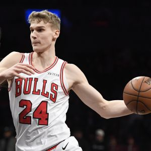 Lauri Markkanen med bollen i en NBA-match mot Brooklyn.