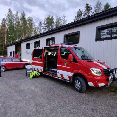 Pelastuslaitoksen ajoneuvoja Kalajoen maastopalon läheisyydessä 28.7..