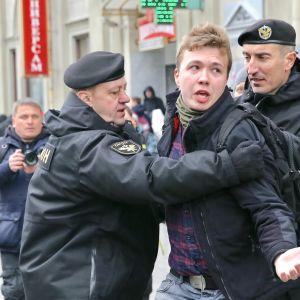 Den belarusiske journalisten Roman Protasevitj förs bort av polisen under en demonstration i mars 2017.