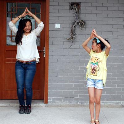 Chen Qiaoling lär Wang Xiaoli att dansa.