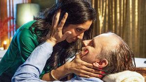 Prreti och Göran håller varandra om kinderna i dramaserien Delhis vackraste händer.