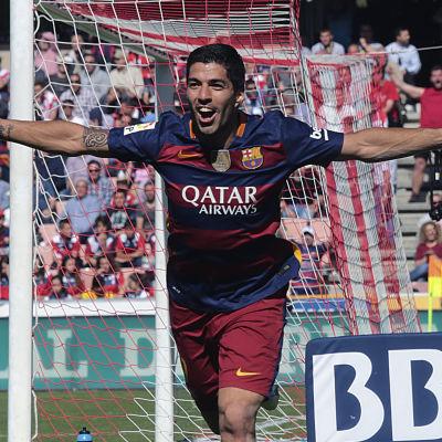Luis Suarez firar mål.