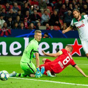 Tre fotbollsspelare på bilden där Grzegorz Krychowiak överlistar Lukas Hradecky.