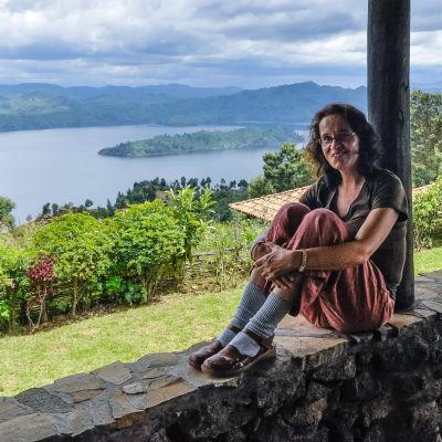 Dokumentaristi Aune Waronen matkalla Ruandassa