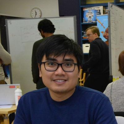 Två studerande vid datorer.