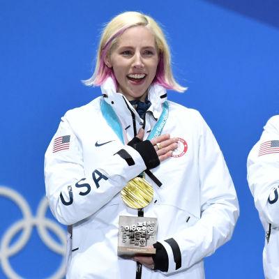 Kikkan Randall står på prispallen med OS-guld runt halsen