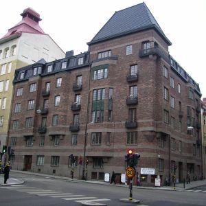 Tegnérgatan 48 i Stockholm. 1915-18 Utlandsdelegationen för Finlands befrielse och Jägarrörelsens värvningscentral.