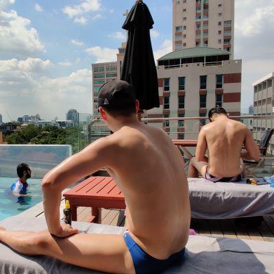 Hotellin uima-allasalue Thaimaan pääkaupungissa Bangkokissa