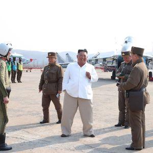 Kim Jong-un inspekterar ett militärplan 12 april 2020