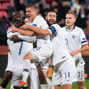Finlands fotbollslandslag jublar.