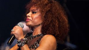 Elza Soares sjunger i en mikrofon