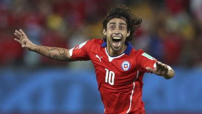 Jorge Valdivia gjorde 2-0 för Chile i premiärmatchen.