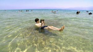 Simon Reeve kelluu Kuolleessameressä
