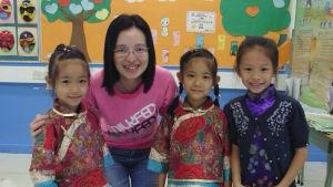 Teckningsläraren Jessica Ng försöker få eleverna att varva ned under lektionerna. Hon lär dem också att spela teater.