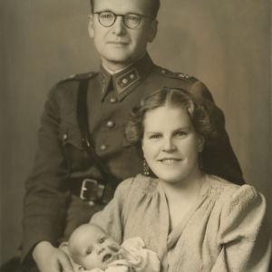 Kaari Utrio vaivana äitinsä sylissä vanhempiensa hääkuvassa vuonna 1942