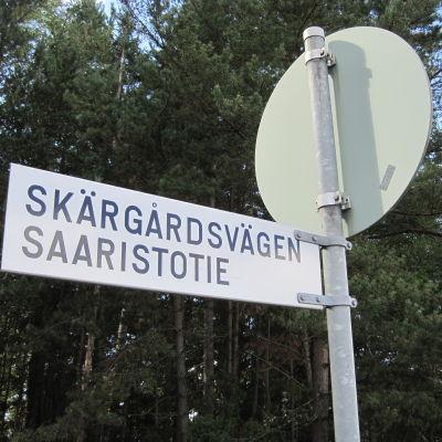 Gatuskylt med texten Skärgårdsvägen Saaristotie.