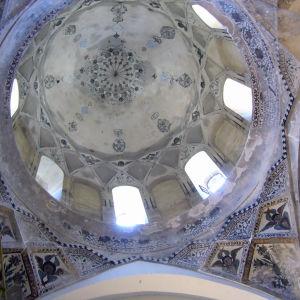 Kirkon katto sisältä alhaalta ylöspäin kuvattuna, enkeleitä eli serafeja näkyy kattomaalauksissa.