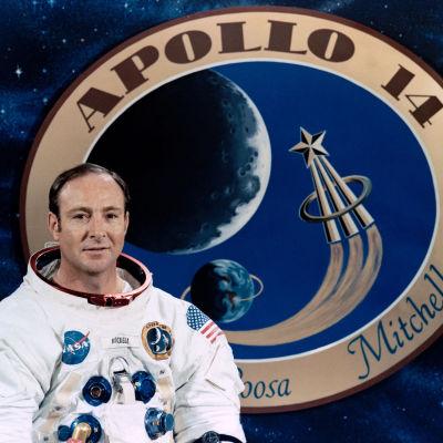 Astronauten Edgar Mitchell iklädd rymduniform.