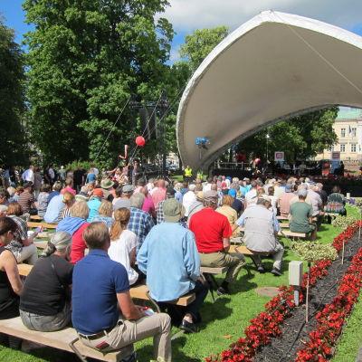 Publik framför rådhusscenen på Suomiareena i Björneborg.