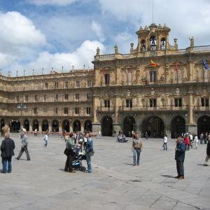 Ihmisiä Salamancan Plaza Mayor -aukiolla.
