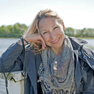 Porträtt av Mikaela Sonck, hav i bakgrunden.