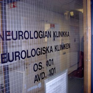 Dörren till den neurologiska kliniken i ett sjukhus