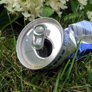 Rytätty juomatölkki nurmikolla