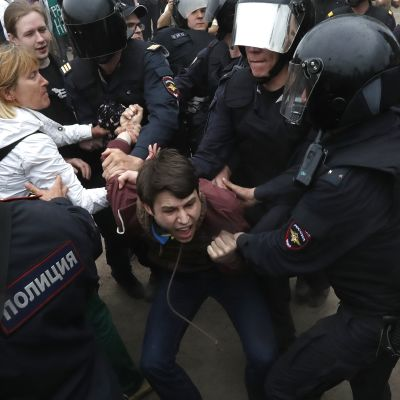Venäjän poliisi hajoittaa mielenosoituksia kovin ottein. Kuva vuodelta 2017.